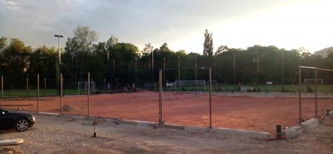 ГАЛЕРИЯ:  Полагат настилката на тенис кортовете